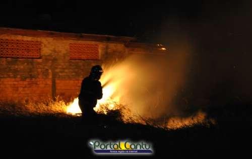 Laranjeiras - Incêndio ambiental de grandes proporções atinge beiral de residências