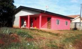 Cantagalo - Vende-se casa em alvenaria com grande terreno em ótima condição