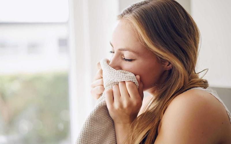 Resultado de imagem para mulheres cheirando camisetas