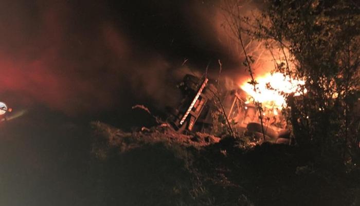 Laranjeiras - Carreta tomba e pega fogo na PR 473
