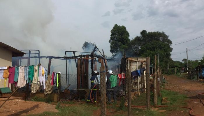 Laranjeiras - Casa é consumida pelo fogo nesta manhã de quarta