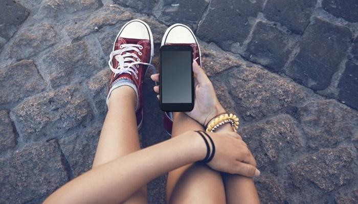 Mãe faz sucesso ao criar contrato com regras para filho adolescente usar celular