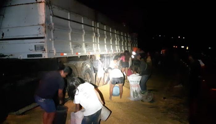 Nova Laranjeiras - Carga é saqueada, após pane mecânica em caminhão na BR-277