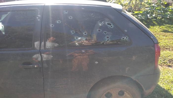 Pinhão - Veículo é alvejado com tiros de espingarda e duas pessoas se ferem