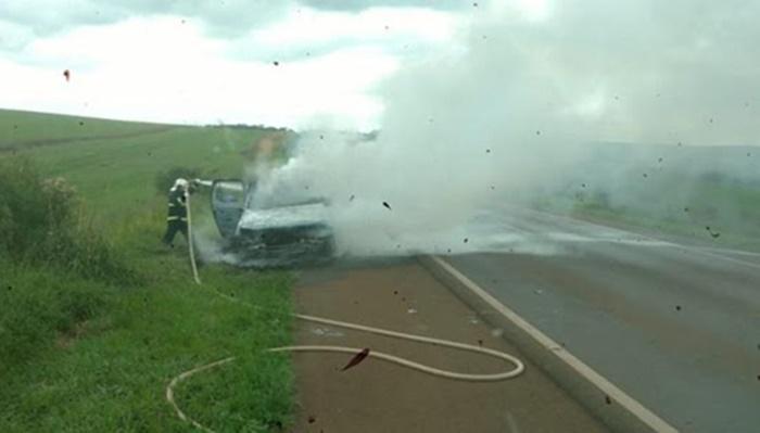 Candói - Caminhonete é destruída pelo fogo na BR 373