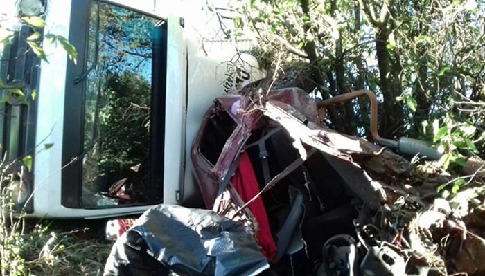 Candói - Batida entre carro e caminhões deixa dois mortos e um ferido na BR-277