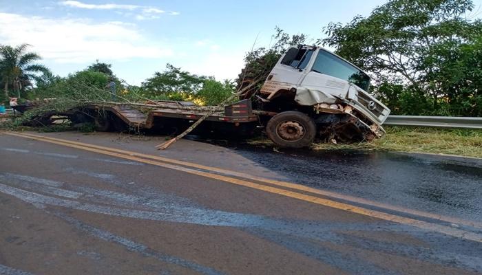 Marquinho - Colheitadeira se solta de plataforma de caminhão e tomba na BR 158