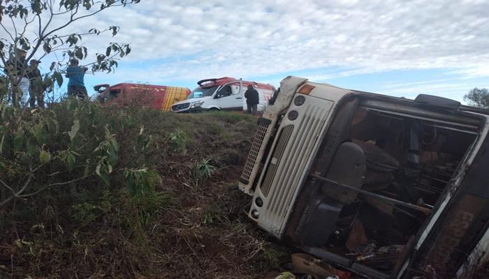 Pinhão - Ônibus do transporte de trabalhadores rurais tomba na PR 170