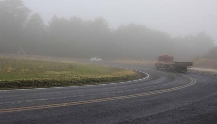 Pinhão - Caminhão tomba na PR 170 e carga é saqueada