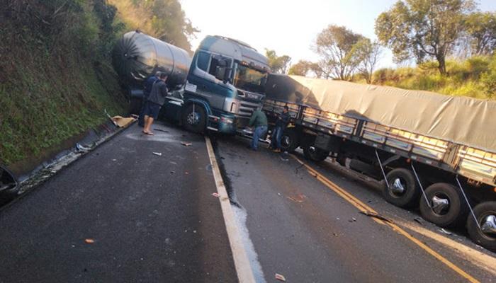 Virmond - Acidente envolvendo duas carretas e três automóveis interdita BR 277