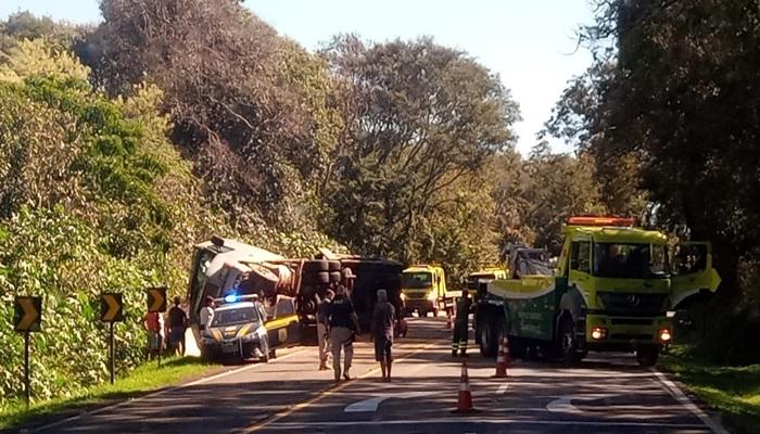 Nova Laranjeiras - Caminhão tomba na BR 277 no trecho da aldeia